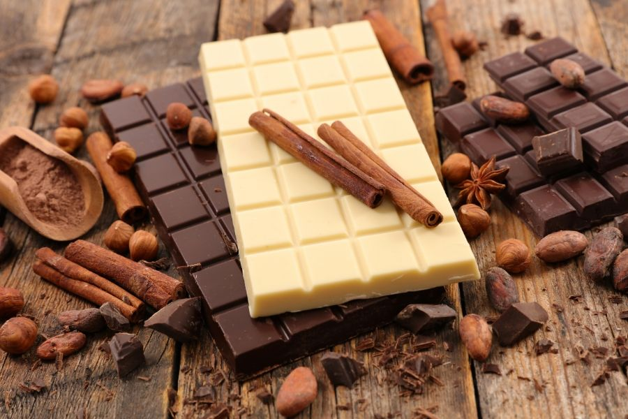 picture of dark and white chocolate